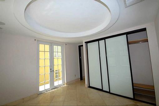 Badezimmer mit Kirschholz und Marmor