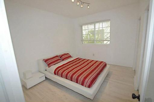 Komfortables Schlafzimmer mit großem Bett