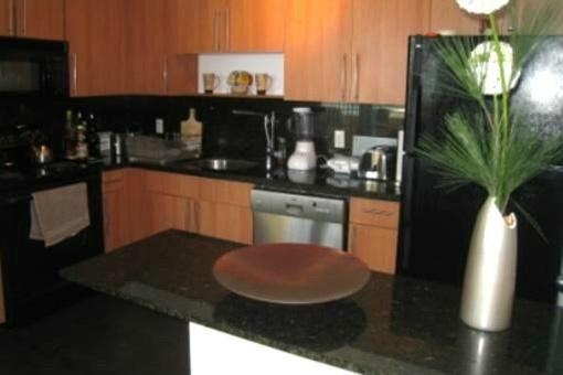 Renovierte Küche mit Marmor-Arbeitsflächen