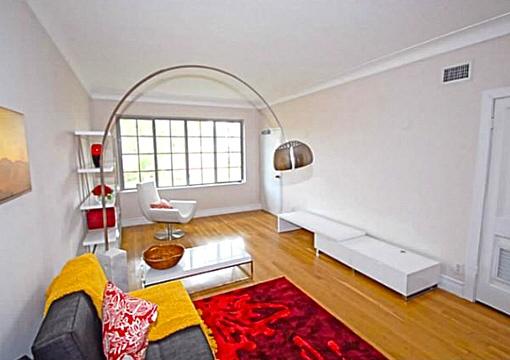 Wohnzimmer mit gemütlichem Tisch
