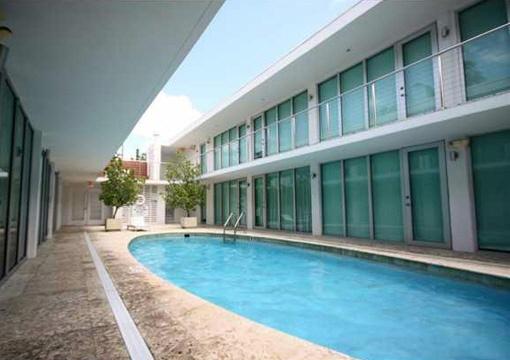 Pool, der zum genießen an sonnigen Wochenenden einlädt