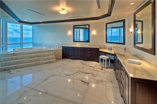 Teil des Badezimmers mit sensationellem Ausblick