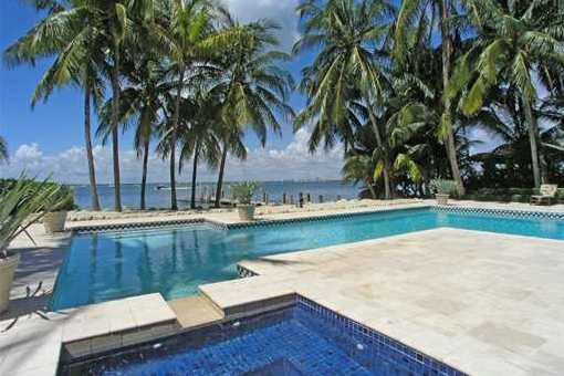 Pool in mitten von Palmen