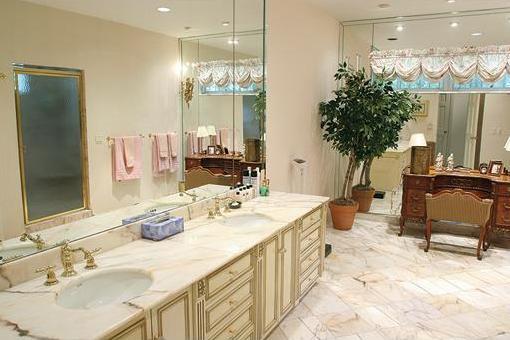 Riesiges Badezimmer, rundum verspiegelt