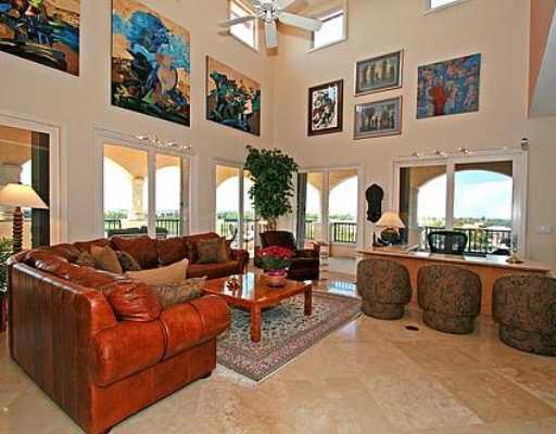 Wohnzimmer mit hohen Decken