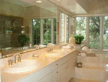 Imposantes Badezimmer mit Jacuzzi