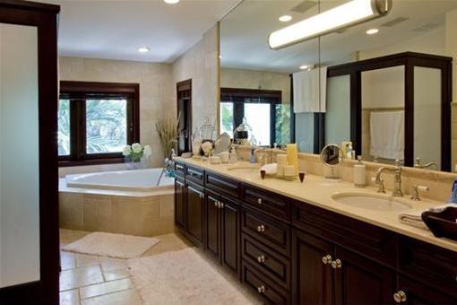 Ungewöhnliches Badezimmer mit Jaccuzzi