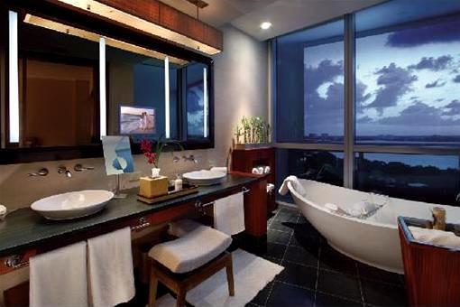 Erstklassiges Badezimmer mit Blick auf das Meer