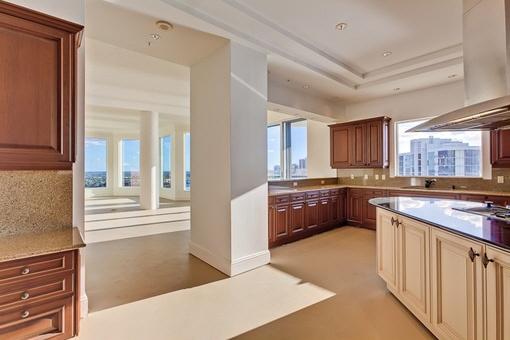 Große und geräumige Küche halboffen zum Wohnbereich