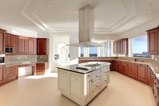Voll eingerichtete Küche mit Kochinsel