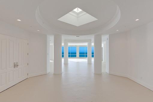 Der imposante und helle Eingangsbereich