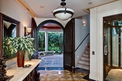 Prächtiger Eingang und Zugang zum Obergeschoss