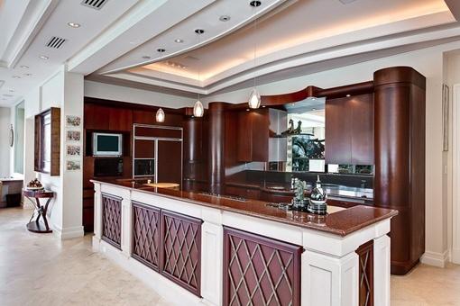 Edle und komplett eingerichtete Küche