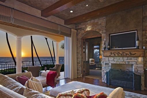 Gemütliches Wohnzimmer mit Kamin und tollem Meerblick