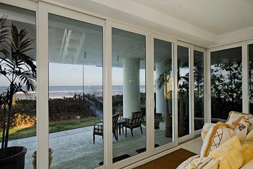 Zugang zur überdachten Terrasse mit Meerblick