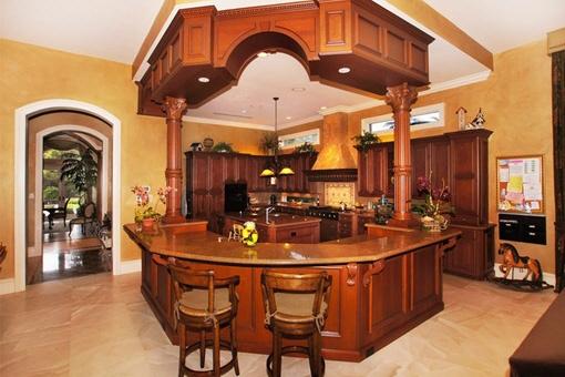 Komfortable Küche mit Bar
