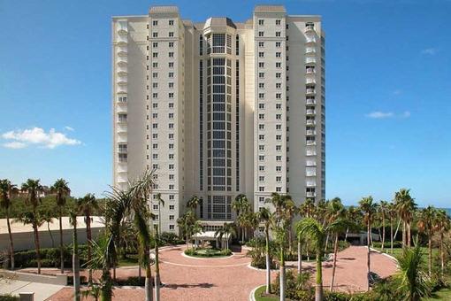 Große Wohnung mit 2 Terrassen und 3 offenen Balkone in Pelican Bay, Naples