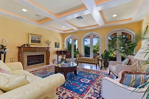 Riesiges Wohnzimmer mit Kamin
