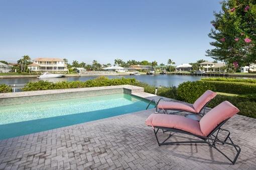 Außerer Loungebereich mit Pool und schöner Aussicht