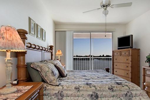 Schlafzimmer mit bequemen Bett