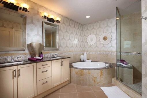 Großes, beeindruckendes Badezimmer