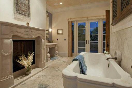Luxuriöses Badezimmer mit Feuerstelle