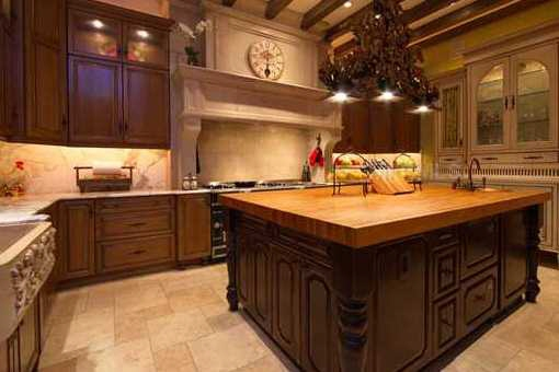 Rustikale Küche mit Kücheninsel