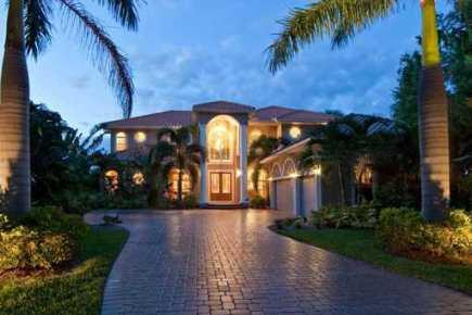 Wunderschöne Villa mit großem Garten und beheiztem Pool direkt am Wasser