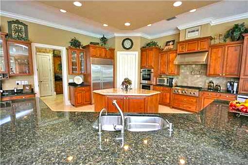 Exklusive Küche mit Arbeitsflächen aus Marmor