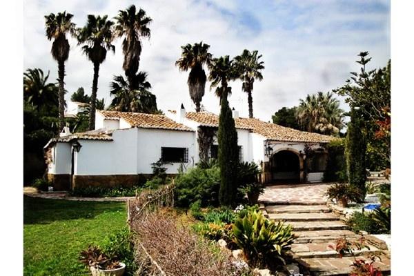 Villa im rustikalen Stil mit wundervollen Garten und großem Pool