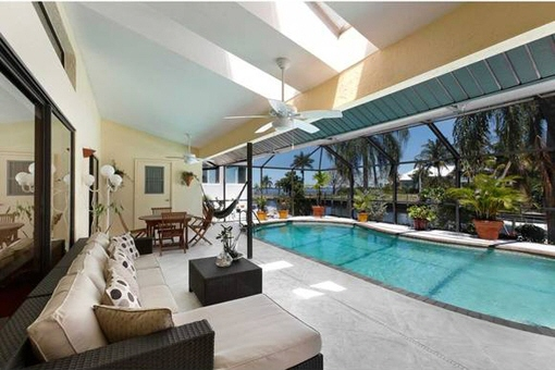 Geräumige Terrasse mit Moskitonetz und Pool