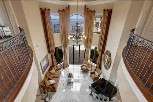 Blick auf das Erdgeschoss mit hohen Fenstern