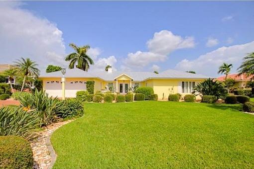 Geräumiges Haus mit Bootsanlegestelle, Pool und Terrasse in Fort Myers