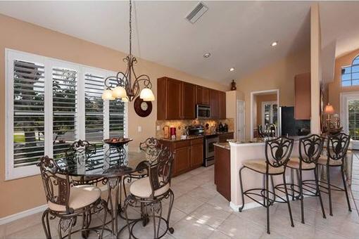 Vollausgestattete Küche mit Frühstücksbar in Fort Myers