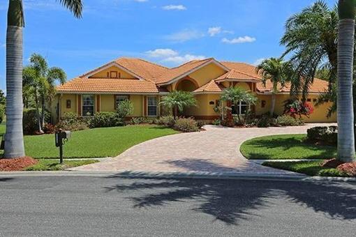 Zeitlose Eleganz eines Einfamilienhauses in guter Lage am See in Fort Myers