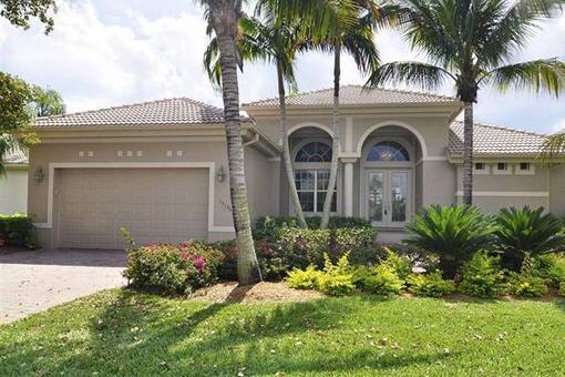 Einfamilienhaus mit Salzwasserpool am Wasser und Golfplatz in Fort Myers