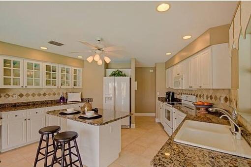 Vollausgestattete Küche mit Granitarbeitsplatte