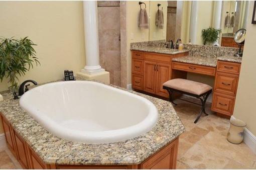 Luxuriöses Bad mit Badewanne und Schminkspiegel
