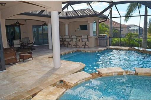 Terrasse mit Pool und Wasserfall