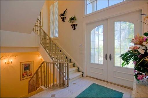 Eingangsbereich mit Treppen nach unten und oben