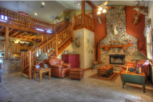 Wohnzimmer mit Kamin und Treppe