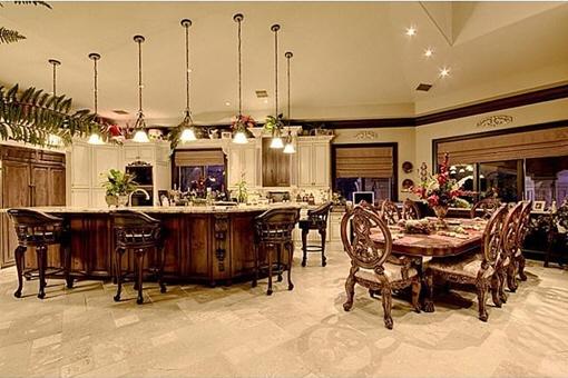 Blick zur Küche mit offener Raumgestaltung zum Essbereich