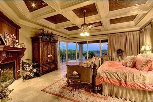 Eins der Master Schlafzimmer mit Kamin