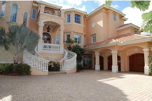 Eingang zum prunkvollen Anwesen in Cape Coral
